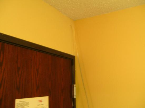 Econo Lodge Inn & Suites: cable TV wire from ceiling