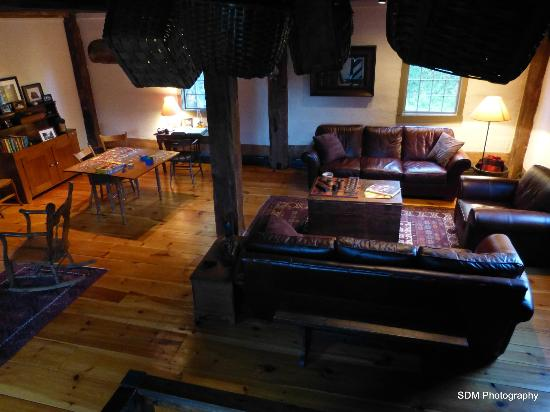 Grist Mill House: The sitting area, for all guests to enjoy, is equipped with comfy leather couches.