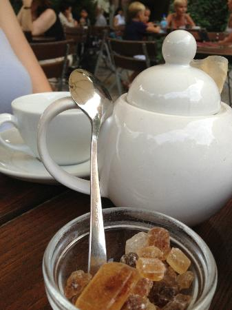 Cafe im Literaturhause: Tea time in the garden.