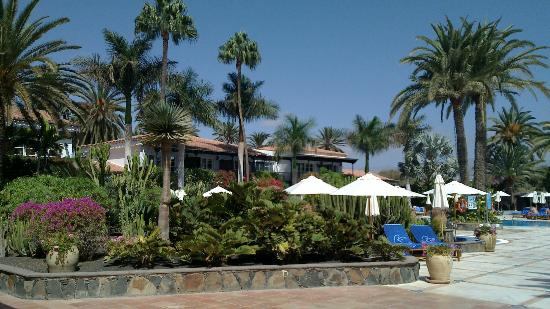 Seaside Grand Hotel Residencia: Garden and swimming pool