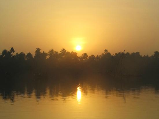 Les 3 Elephants Cherai Beach: Sunrise over Backwaters