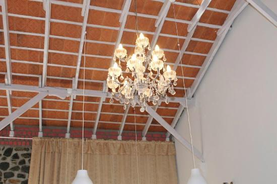 Mount Pleasant Boutique Resort: Chandeliers hanging from the Roof