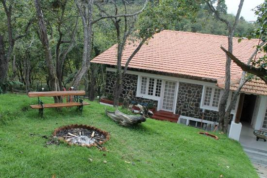 Mount Pleasant Boutique Resort: The front side of the resort with garden to sit and Camp fire