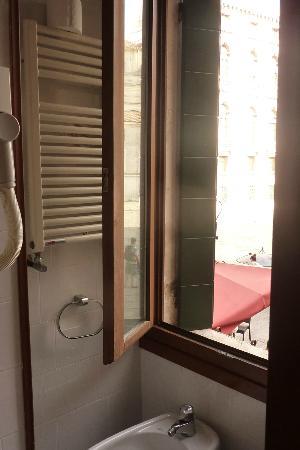 Alloggi Gerotto Calderan: Baño con vistas a la plaza