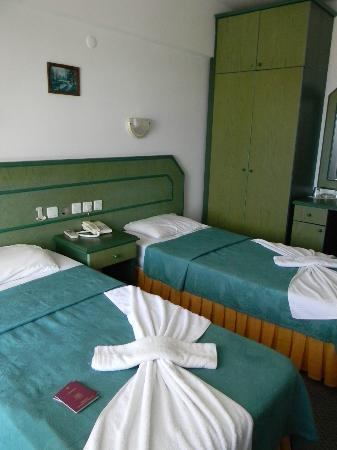 Hotel Albora: First room - they gave us twin beds, although they knew we were a couple!!!
