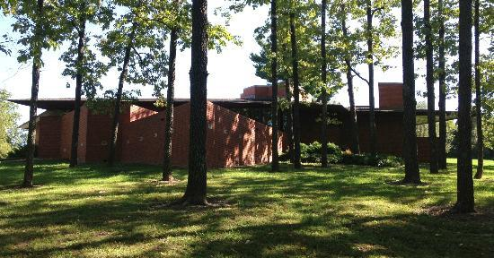 Frank Lloyd Wright House in Ebsworth Park: View from the front driveway
