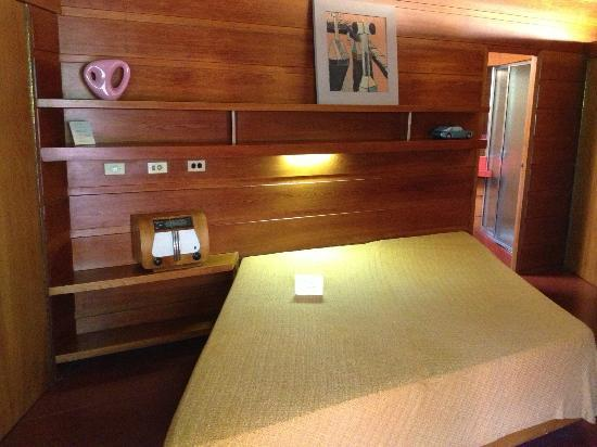 Frank Lloyd Wright House in Ebsworth Park: The Master bedroom