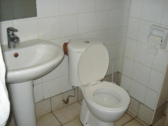 Hotel Central Park Nairobi: Toilet and sink