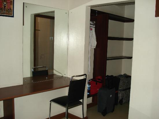 Hotel Central Park Nairobi: Shelves are by the door