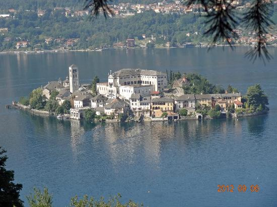 ‪هوتل سان روكو: Isola San Giulio can be seen from the hotel grounds‬