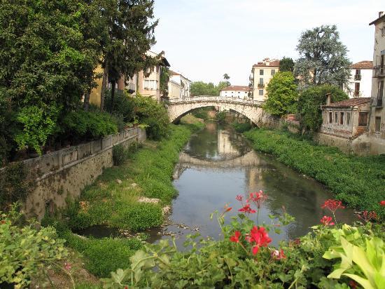 Ponte San Michele: Une rive fleurie