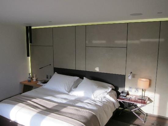 Conservatorium Hotel: King bed. Pillows and comforter were very comfortable.