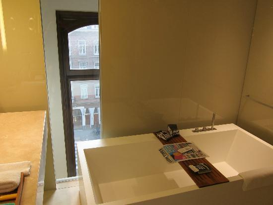 Conservatorium Hotel: Slight view from the tub, nice to have natural light.
