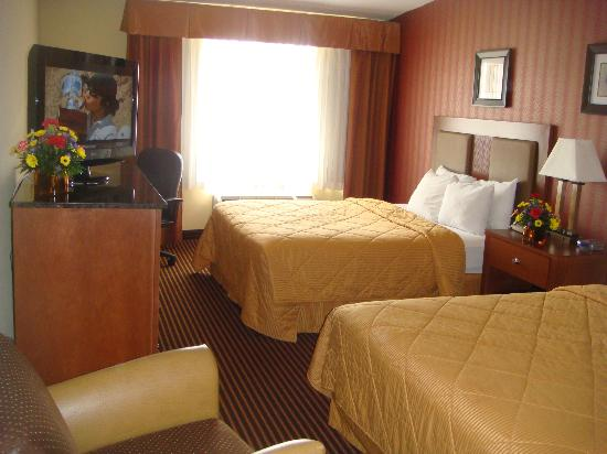 Quality Inn Riverfront: Two double beds with flat panel television