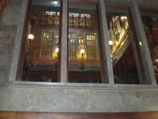 Palau Güell: ventana del cuadrado interior donde se ve el órgano