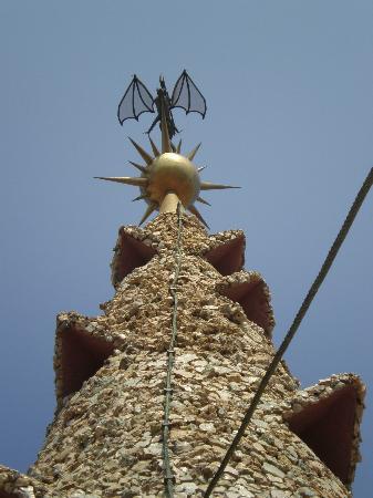 Palau Güell: Terminación de la cúpula con aguja y un murciélago que cubre el salón central