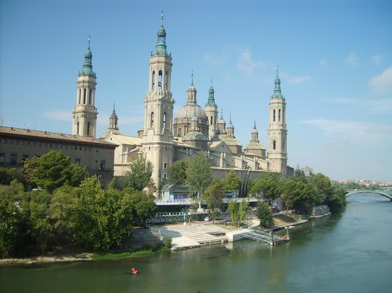 Basilica de Nuestra Senora del Pilar : Vista della basilica dal fiume