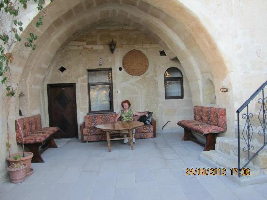 Dedeli Konak Cave Hotel: Une des terrasses devant les chambres