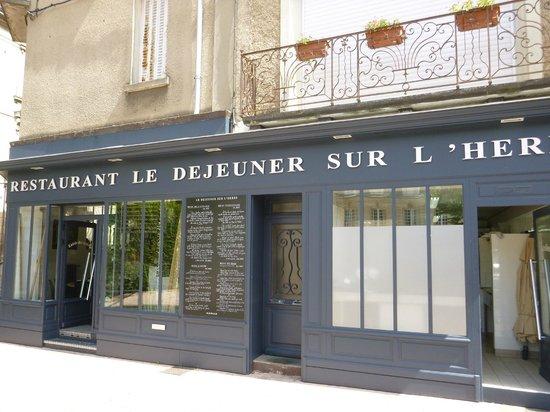 Le Déjeuner sur l'Herbe : La façade depuis la place Charles VII