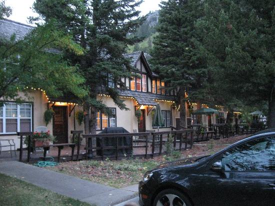 Crandell Mountain Lodge: Outside at evening/night