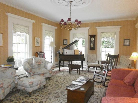 ليبيرتي هيل إن: living room 