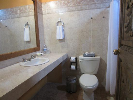 Mirador del Frayle Hotel: Bathroom is more spacious than it looks in the picture and with a window!