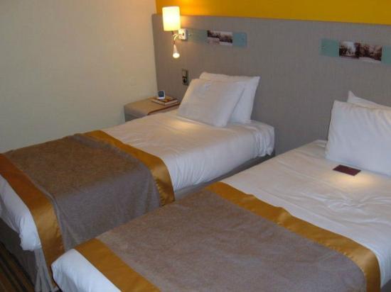 Mercure Paris Sud Parc du Coudray : Bed with the excellent adjustable light