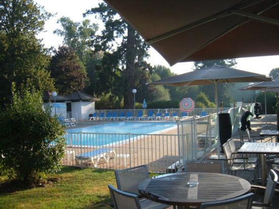 Mercure Paris Sud Parc du Coudray: Outdoor pool and terrace