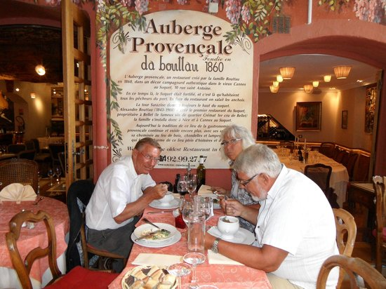 Auberge Provençale da Bouttau : Nice outside, watching and eating.