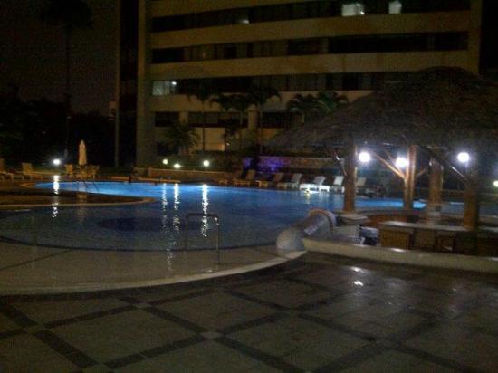 Hilton Colon Guayaquil: piscina de noche con agua temrperada