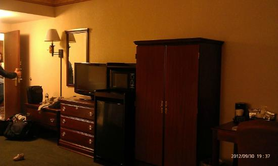Hampton Inn Manheim: TV,Frig,microwave, closet with iron board/iron