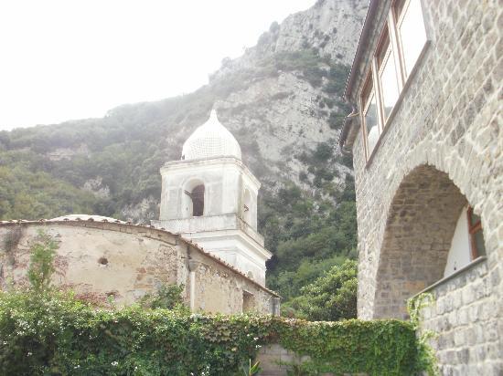 Olga's Residence Relais: Church next door