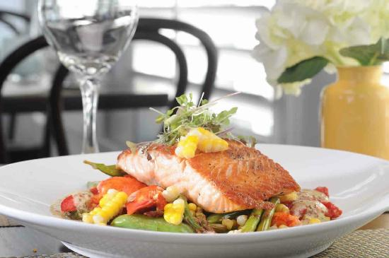 Breeze Restaurant : New England Coastal Cuisine and family favorites are featured at the Breeze Bar & Cafe.