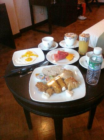New Horizon Hotel: Breakfast in room,thats the small breakfast table
