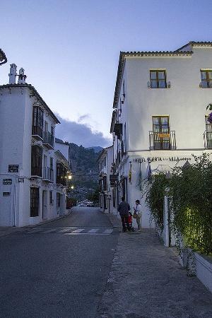 Hotel Puerta de la Villa: Street