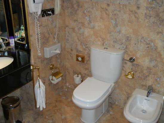 Melia Milano: bathroom
