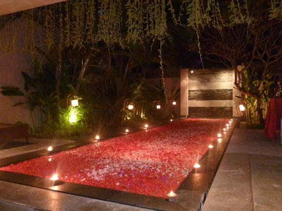 Bali Island Villas & Spa: Pool for the romantic dinner!