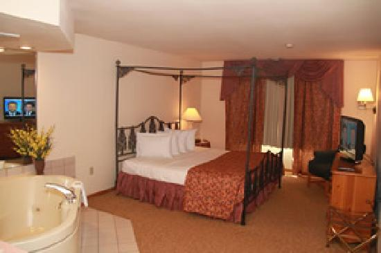 Baymont Inn & Suites Waunakee: Celebration Suite with Jacuzzi and 1 King Bed