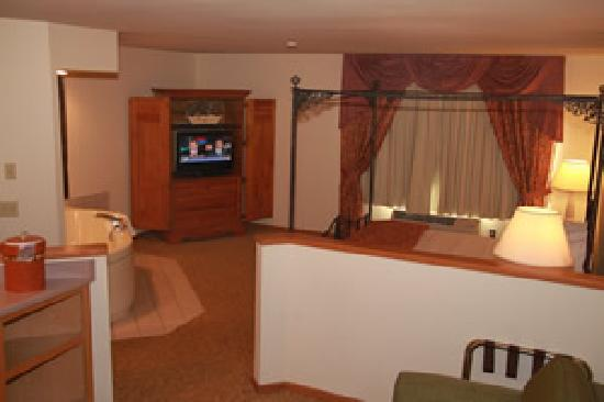 Baymont Inn & Suites Waunakee: Miss USA / Presidential Suite with Jacuzzi and 1 King Bed