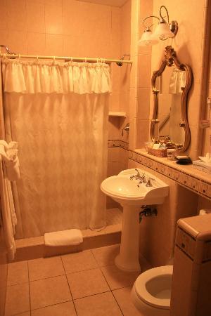 The Eagle Inn: Badkamer, kamer naast de ontbijtruimte