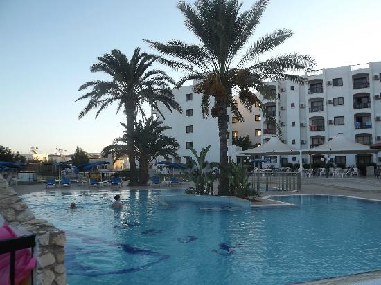 Seagull Apartments: pool1