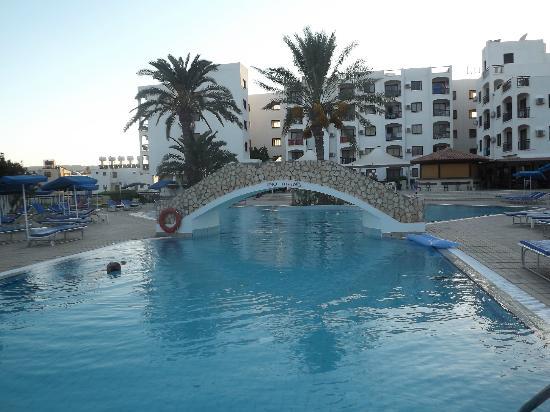 Seagull Apartments: pool