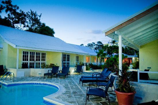 Island Inn Hotel: Pool at Dusk