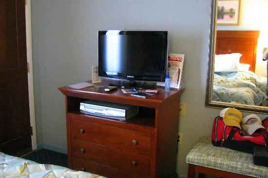 Castle in the Sand Hotel: tv and chest of draws in bedroom