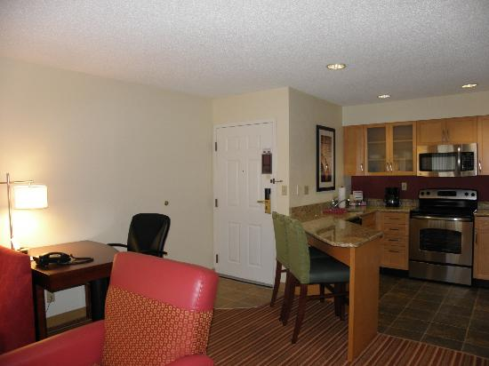 Residence Inn Cincinnati Blue Ash: view from the bed area to the door