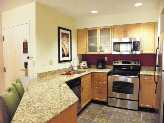 Residence Inn Cincinnati Blue Ash: Full kitchen with all the essentials