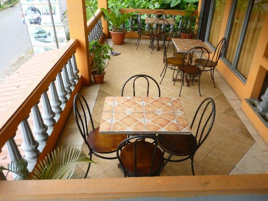 Central Backpackers Quepos: Terraza