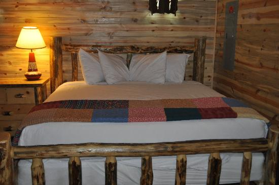 ‪‪Cedar Pass Lodge‬: Cabin 104 - kingsize bed accessible from only one side‬
