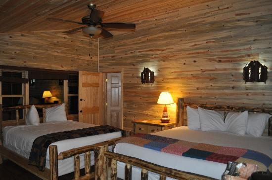 ‪‪Cedar Pass Lodge‬: Cabin 104 - little space between beds‬