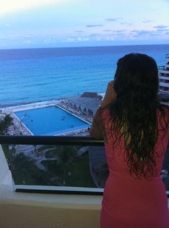 Crown Paradise Club Cancun: the view is good.. but its easy when the carebean is over there...